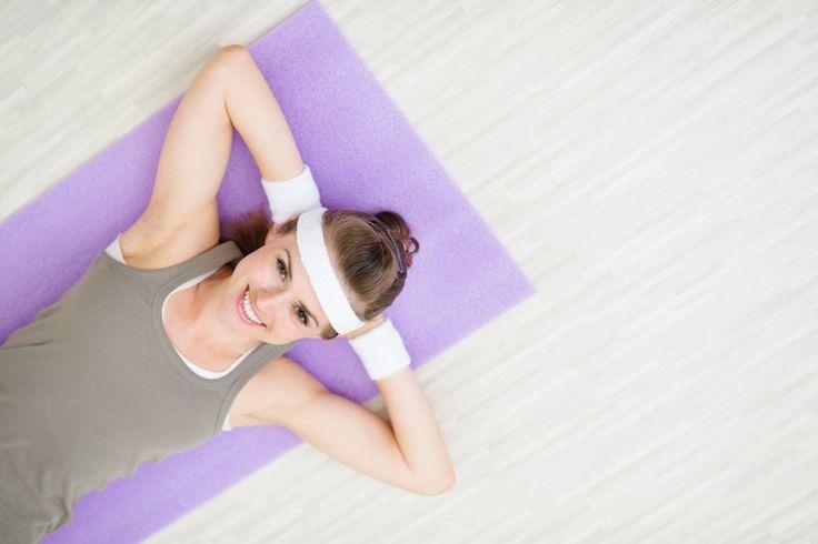 Myśl o zbliżającej się wiośnie wcale cię nie cieszy, a wręcz przeciwnie – przeraża? Znów nie dotrzymałaś noworocznych postanowień treningowych? Nie martw się, do wiosny masz jeszcze kilka tygodni, a to wystarczająca ilość czasu, aby poprawić wygląd sylwetki. Wypróbuj ten skuteczny, 20-minutowy plan treningowy (powtarzaj go 3-4 razy w tygodniu) i obserwuj, jak szybko twoje ciało wraca do formy.