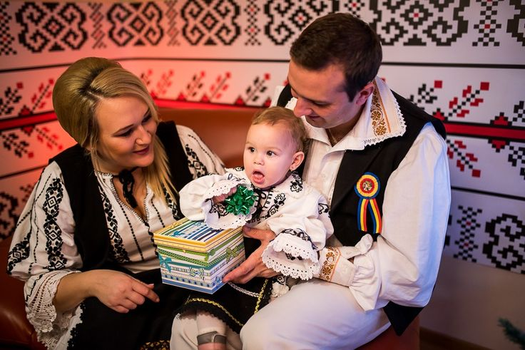 Romanian family // Christmas session. #family #photosession #dastudio #dastudioweddings #traditions