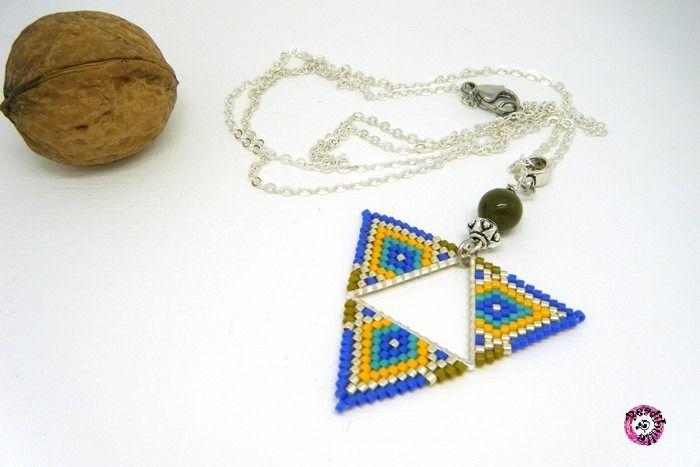 collier pendentif triangle tissé en perles de rocaille bleu jaune safran et argent : Pendentif par beadibulle-creations