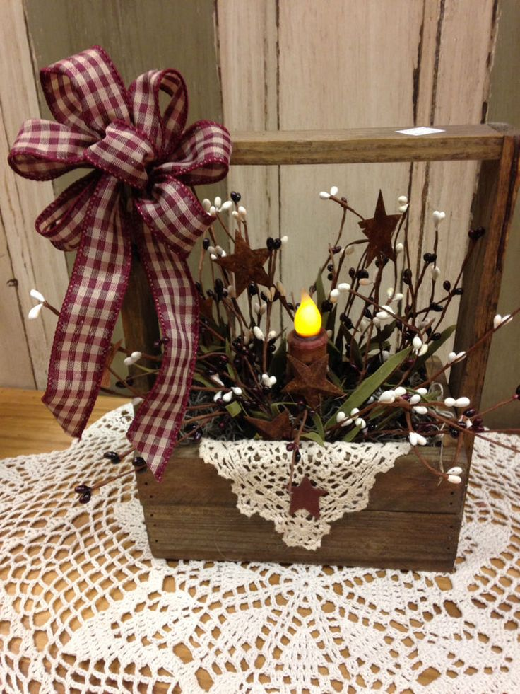 PRIMITIVE TOBACCO LATHE BOX W/HANDLE HAS BERRIES & BATTERY OPERATED CANDLE