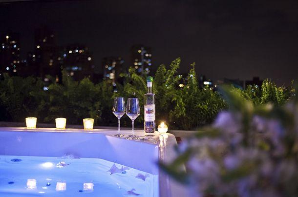 ¿Qué tal la vista de Medellín en este relajante #Hidromasaje desde The Charlee Hotel? www.firplak.com