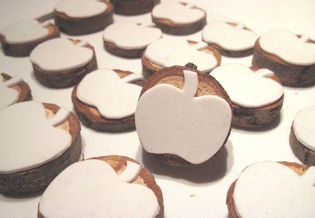 *Ein* Apfelstempel auf einem Holzscheibchen montiert, zum Verzieren und Gestalten von  *- Geschenkpapier* (zb aus Packpapier) *- Geschenkanhängern - Papiertüten - Karten - Stoffe* (mit...