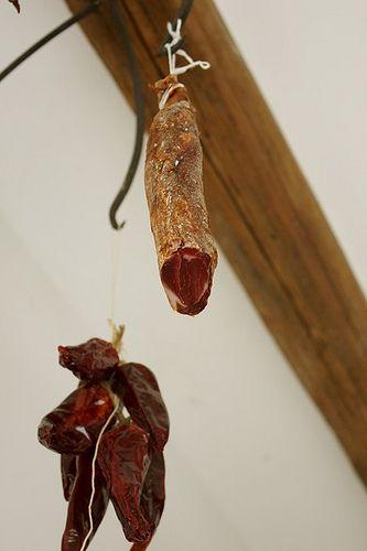Le lomo embuchado : filet de porc séché aromatisé au piment d'Espelette et thym (ou paprika) frais, qui accompagne à la perfection les apéritifs espagnols.