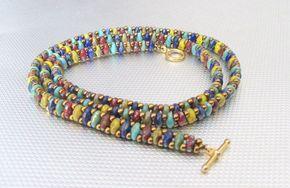 Een mooie wrap armband gemaakt van meerdere kleuren van superduo kralen. Rode, gele, blauwe en groene kralen combineren voor een funky en chique armband die met veel verschillende dingen kan worden gedragen. Ik dit is voor de vrouw die wil afwijken en geniet van een boho/hippie look. Alleen worden gedragen kan of gestapeld met andere armbanden. Het wraps 3 keer rond een gemiddelde 7 1/2 pols (22 1/2 lang) goud knevel gesp