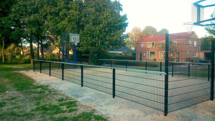 Een mooi zij-aanzicht van onze pannaveld -basketbal-combinatie in Waskemeer. Een absoluut top-court.
