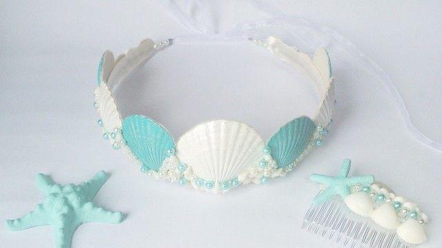 Coroa e pentinho de cabelo com conchas e pérolas (Foto: Divulgação/Donas Florindas)