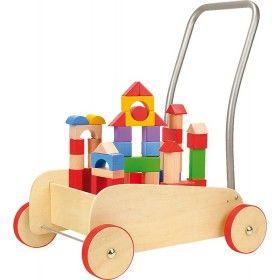 Drevený vozík je dosť stabilný na to aby bol oporou dieťatku pri jeho prvých krôčikoch. S ľahkosťou dopomôže dieťatku dopraviť sa z bodu A do bodu B. Kolieska dreveného vozíka sú pogumované a tým zaručujú hladký chod po dlážke a stabilitu. Drevený vozík je v prírodnom odtieni dreva a jeho vnútro je naplnené drevenými kockami, hranolmi, ihlanmi a inými tvarmi rôznych farieb.
