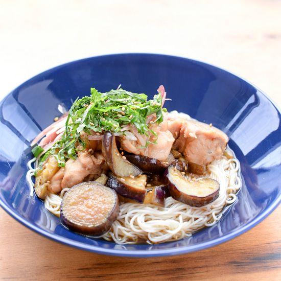 文・写真 スタッフ長谷川料理家・フルタヨウコさんに教わる、旬のなすを使ったレシピ。先週の「なすとベーコンのおかか和え」に続く今回は、「なすと鶏のそうめん」です。 夏のなすレシピ02:なすと鶏