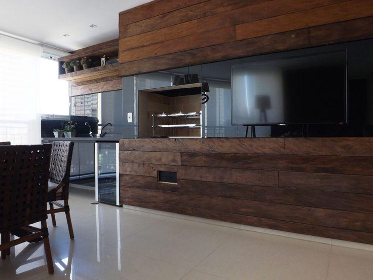 Varanda Gourmet | Painel em madeira de demolição | Cadeiras em couro | marcelasantiago.com.br