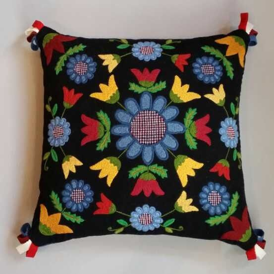 Happy colours in this swedish pillow pattern. Blå blomma materialsats via Svensk Hemslöjd.