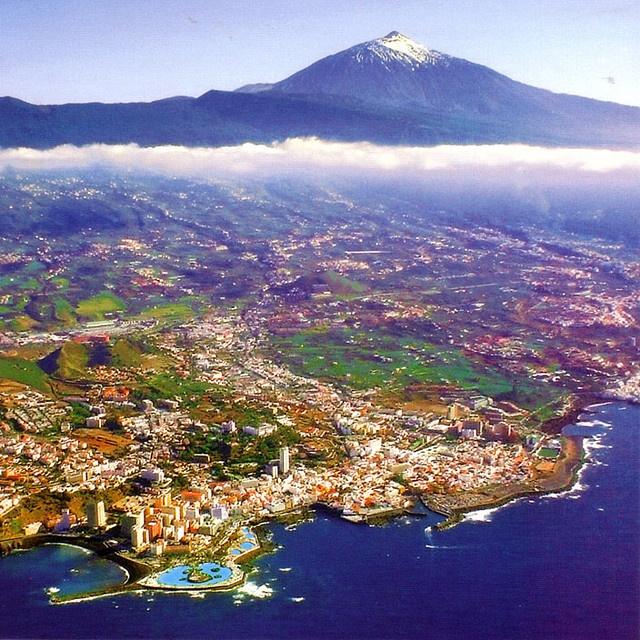 Vista aérea del Puerto de la Cruz y La Orotava, Tenerife, Canary Islands (1972)