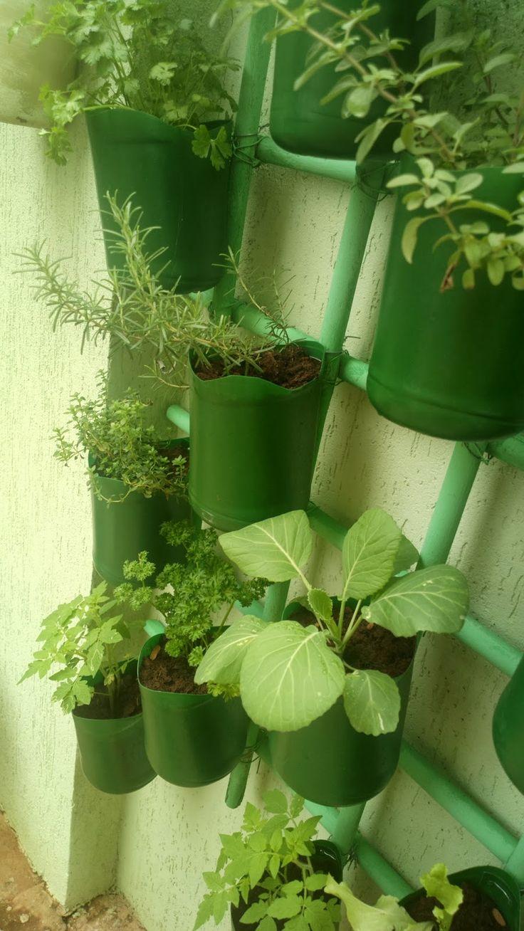 Bom dia meus queridos! Hoje vou mostrar a horta vertical feita pela Marice Chencarek, ela utilizou como materiais embalagens de água sanitá...