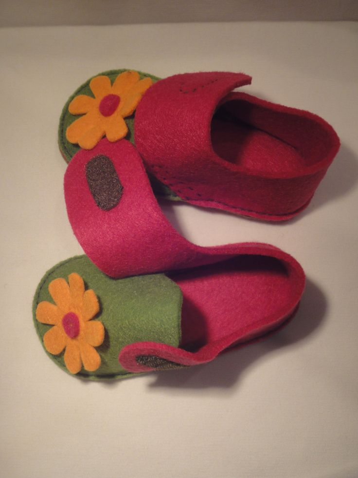 Simple felt shoes - maybe ideal for little girls dolls. Must be easy to slip on! But maybe the easily slip off the plastic feet? Need to give it a try.