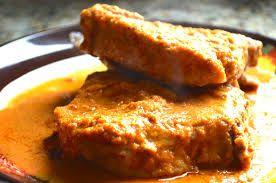 en salsa de cacahuate,que bien puede ser con carne de res,cerdo o pollo.......a mi me gusta en pollo