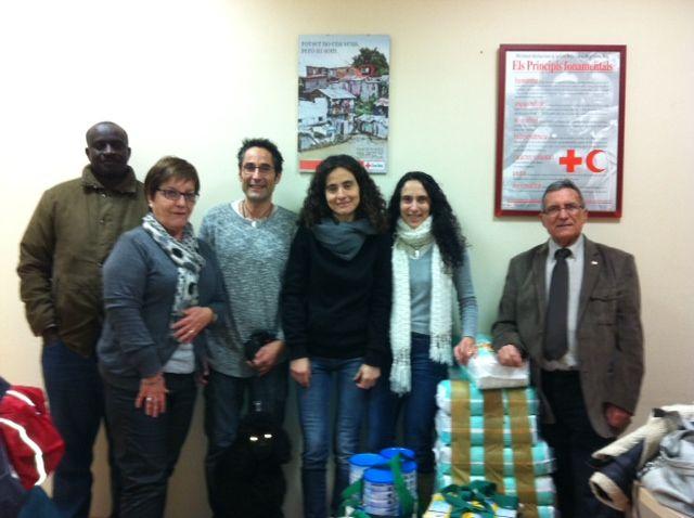 Donación de alimentos a trabes de la Cruz Roja de Sant Andreu de la Barca, Barcelona