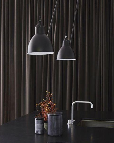 Een zwart kookeiland  #kvik #designkeuken #volakranen #lampegras #broste #louiseroe