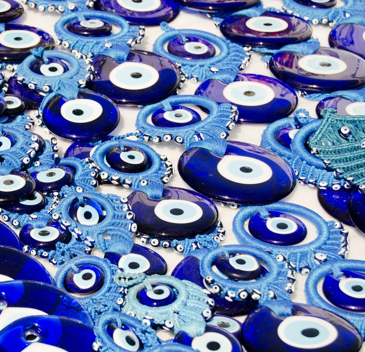 Un Nazar boncuk,  c'est une amulette qui vise à protéger contre le « mauvais œil ».