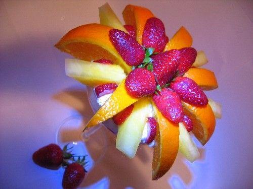 Десерт из клубники ананаса апельсина ванильного мороженого