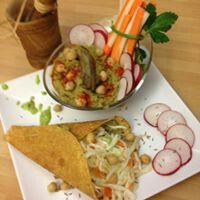 Piadina di ceci con humus e insalata di verza.