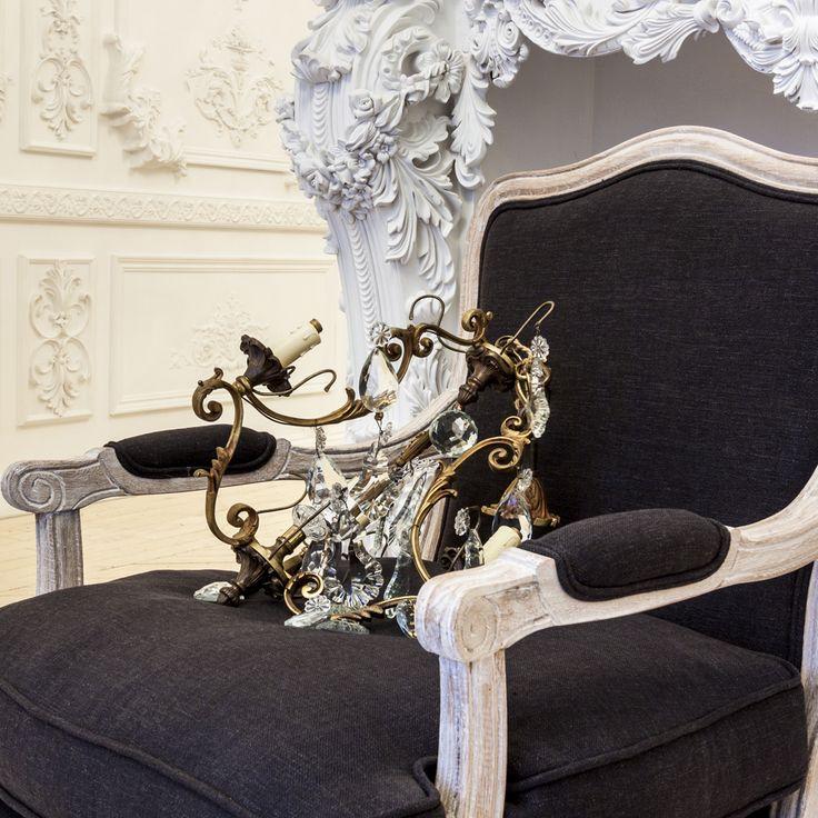 """Кресло """"Шато"""" - идеальный предмет мебели для гостиной, спальни или кабинета. Если вы хотите разместить его в кабинете для деловых встреч, - оно тут же привнесёт ауру гостеприимства и респектабельности. Если же в ваши планы входит обстановка гостиной или спальни - Вас согреют натуральный дуб и лен, - кресло элегантно и изысканно. #мягкаямебель, #кресло, #мебель, #французскийстиль, #armchair, #furniture, #lounge, #loveseat, #recliner, #frenchstyle, #objectmechty"""