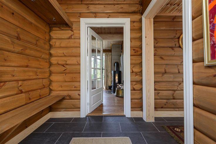Hytten består av en romslig gang som fører videre til soverom og stue/kjøkken. Kjøkkenet har en åpenløsning mot spisestuen og med plass til mange. Ved spisestuen er det store vindusflater og en dør ut til terrenget. Her er muligheter for evnt. en terrasse utenfor. Stuen fremstår som lys og romslig og med trapp på veggen som fører opp til en hems på ca. 15 m2. Videre har hytten 2 bad med toalett...