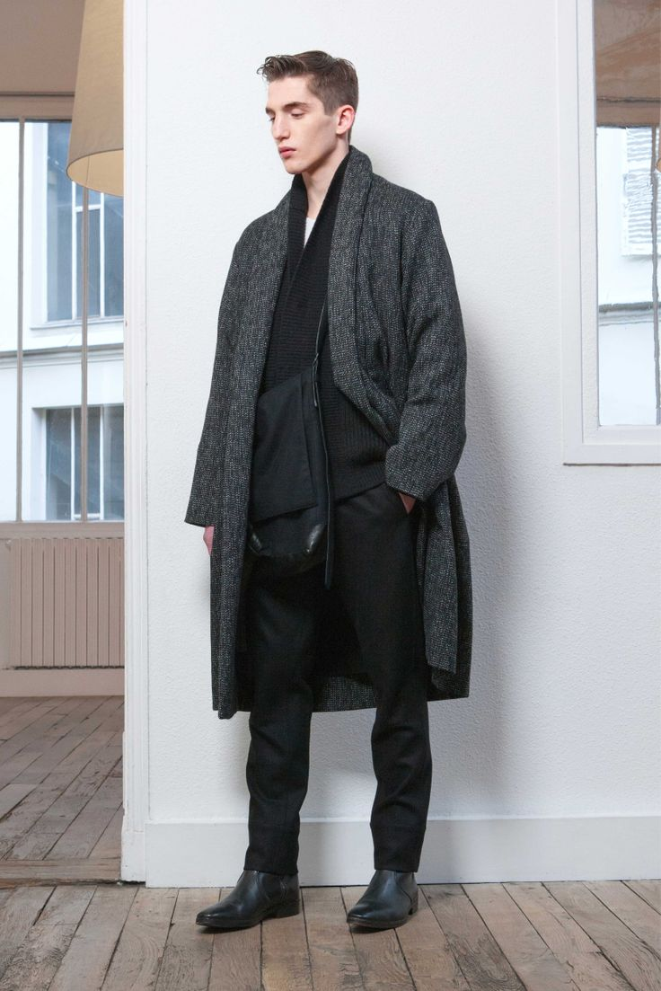 11. Shawl-collar coat in wool tweed / Cardigan in knitted yak wool and virgin wool / Tee-shirt in mercerized cotton jersey / Straight pants in wool flannel / Reversible bag in wool and cashmere melton and lambskin / Boots in vegetal calf leather