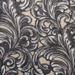 Diseño con formas de tipo barroco, en color negro, blanco y beige en este papel pintado de la colección Karat de Parati.