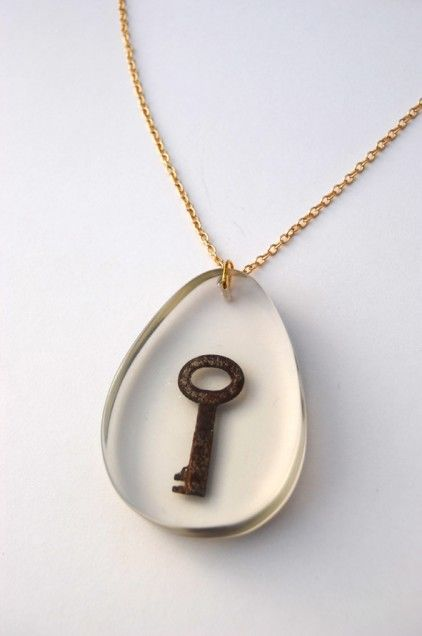 resin pendant necklace, so clean and simple & pretty