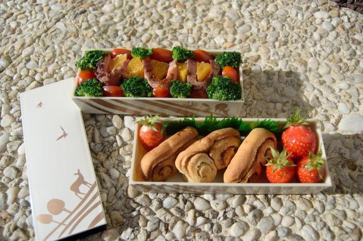 #27 Stephanie France brochette de magret de canard et orange fraîche, brocoli et tomates cerise sur lit de riz blanc roulés à la cannelle et fraises