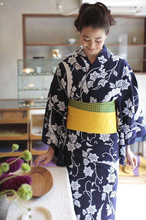 【ELLE】濃紺に鉄線模様が映える正統派浴衣|エル・オンライン