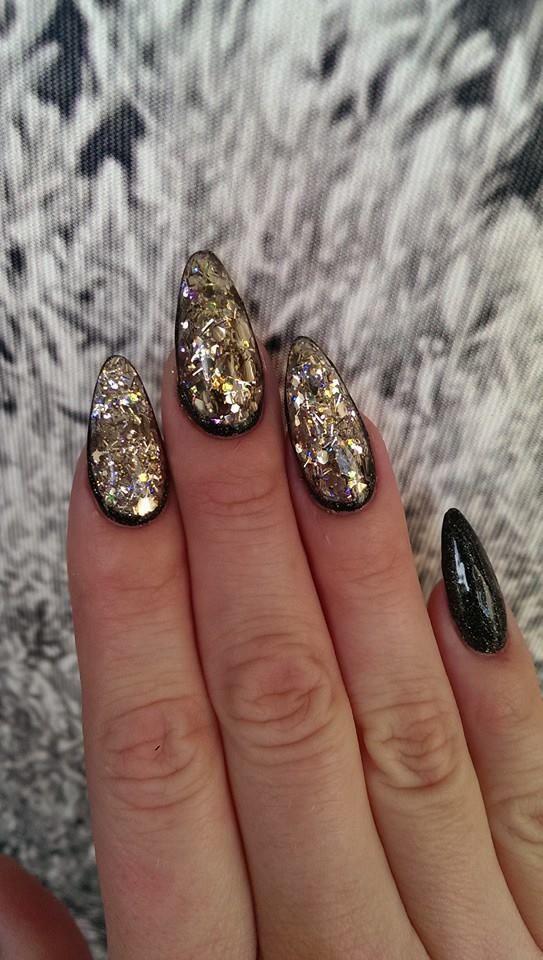 Nail Art Glimmer og Glitter. Alt i Negle glimmer. Disse Gele negle er lavet med uv Gele i klar, derefter er der lagt Naillac i Sort og til sidst er der lagt en negle glimmer i guld. Der er sluttet af med Gel Uv Seal.