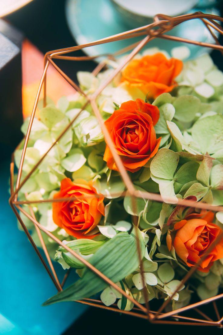www.bcce.fr Shooting les temps modernes. Art Floral , centre de table vert et orange - Rose et Hortensia - Contenant métal géométrique