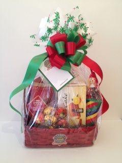 Finos y exclusivos productos de temporada en una canasta navideña cuidadosamente decorada.