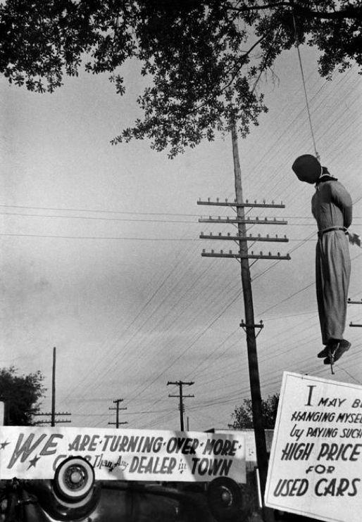 Homem negro enforcado no Mississippi, EUA, em 1947. Fotografia de Henri Cartier-Bresson.  Veja mais em: http://semioticas1.blogspot.com.br/2014/03/flagrantes-de-cartier-bresson.html