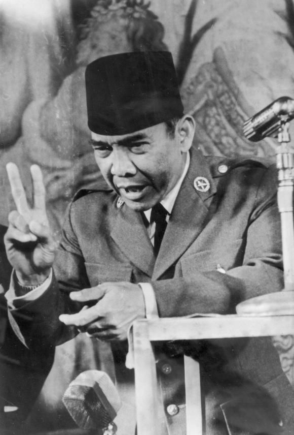 President Sukarno speaks at a press conference in June 1956 in Rome. (Photo by Popperfoto) © Getty Images