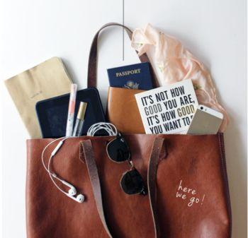 バッグ収納の基本は、大きいものから順番に詰めること。小さいものが埋もれたり、重みでつぶれたりするのを防げます。