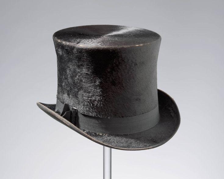 hoge hoed, van Engelse makelij, Ommen. voor 1959 In de loop van de twintigste eeuw gingen steeds meer mannen algemene modehoeden en -petten dragen bij hun streekgebonden kleding. #Overijssel #Salland #Saksen