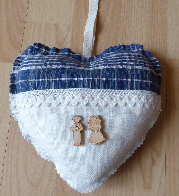 Coeurs en tissu à suspendre, confectionné en kelsch tissu typique de la région, avec boutons couple d'alsaciens : Accessoires de maison par alsace-gourmets