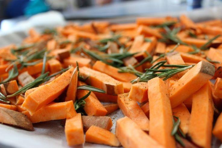 Zoete aardappel patat met rozemarijn #glutenvrij #lactosevrij #vegetarisch #sojavrij #suikervrij #melkvrij