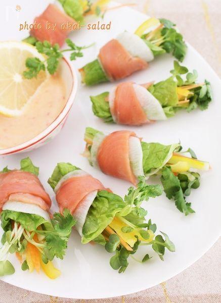 彩り野菜をスモークサーモンと蕪でクルリと巻いたブーケサラダです。  甘くまろやかなチリマヨを添えていただきましょう。