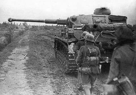 Entgegen der Panzerdoktrin Guderians wurden insbesondere die Panzerkampfwagen IV in den Abwehrkämpfen an der Ostfront oft als Infanterieunterstützung eingesetzt.