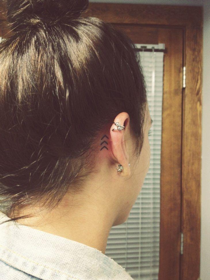 Tatouage discret fl che derri re l 39 oreille tatouage discret et jolis pour tous pinterest - Tatouage derriere oreille douleur ...