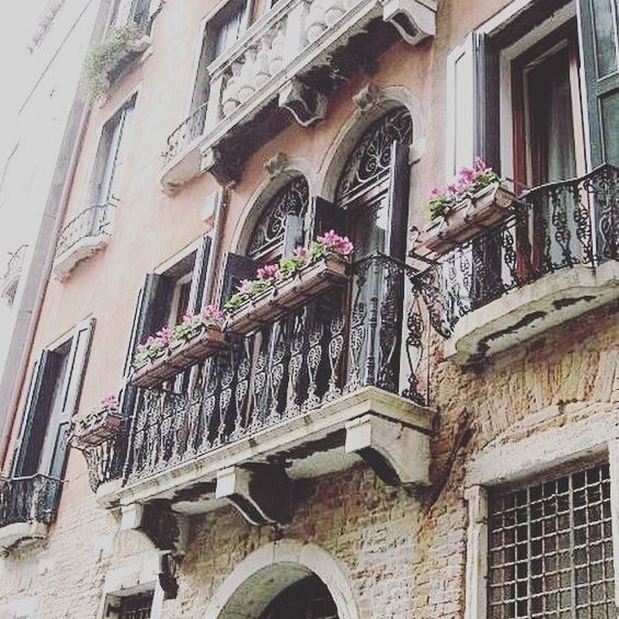 🇮🇹The cutest balconies of Venice. I always wonder who lives in these apartments 🤔 Everyday would be an adventure here 👍🏼 #love #beautiful #picturesque #melbournelifelovetravel #balconies #venice #venezia #visitvenice #visititalia #waterworld #europe #apartamento