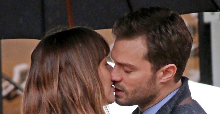 """Protagonistas de """"50 Tons de Cinza"""" aparecem se beijando em set de filme"""