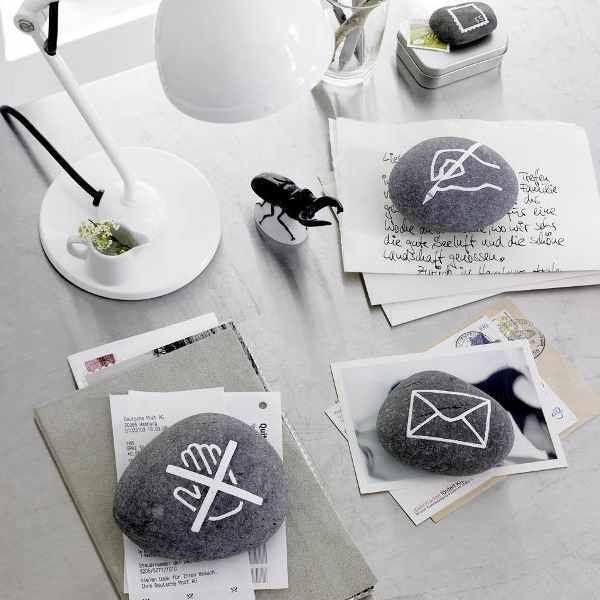 Hübsche Steine Dekoration: Kieselsteine hüten Liebesbriefe oder Rechnungen. Alle Piktogramme sind mit Lackstift aufgemalt