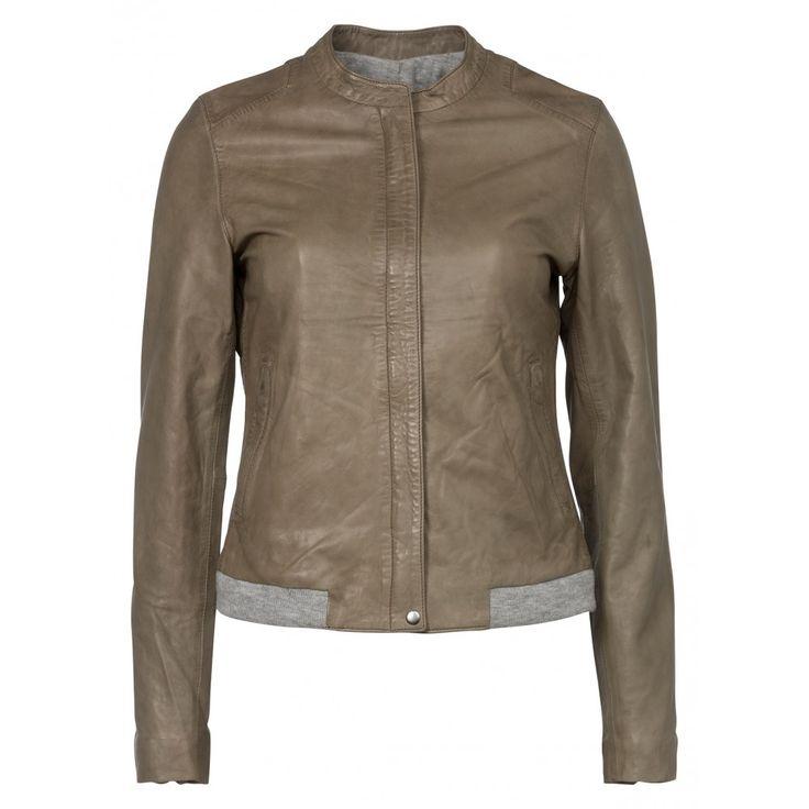 Kort leren jasje van superzacht materiaal met een licht getailleerde fit. Het jasje heeft een geblindeerde ritssluiting aan de voorzijde, ritsdetails bij de mouwen en een jersey geribde boord in contrasterende kleur. Stoer, casual en comfortabel!