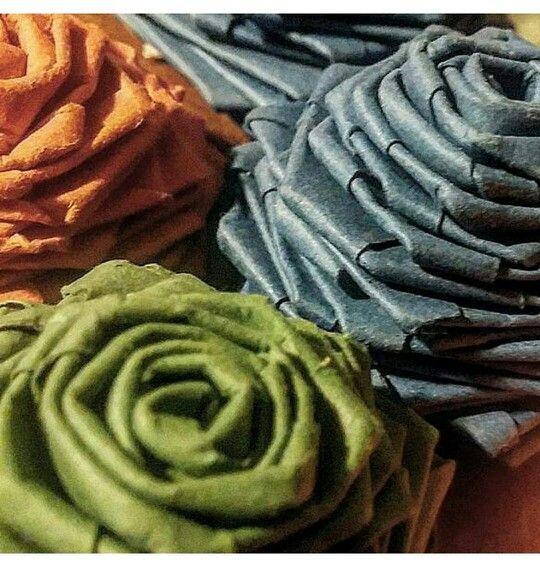 ROSAS DE PAPEL Material: Cartulina española. #rosa #rosadepapel #papel #arte #art #artesania #regalo #rosaderegalo #purple #morado #colormorado #madeinchile #flordepapel #bluerose #greenrose #greencolor #gift