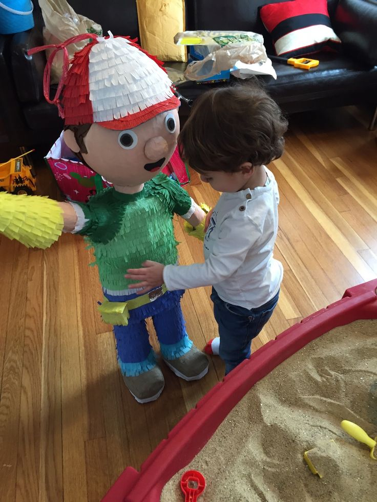 Sebastian 2 years old birthday party handy manny pi ata for Handy manny decorations