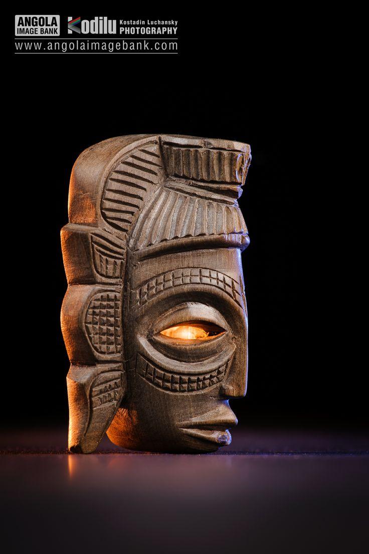 Máscara em madeira. Artesanato de Cabinda. Alguém consegue ajudar a identificar este tipo de madeira?