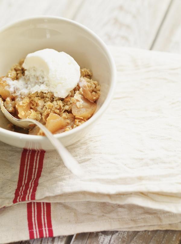 Recette Ricardo: Croustade aux pommes. Ingrédients: flocons d'avoine, farine tout usage, beurre, cassonade, pommes Cortland et McIntosh...